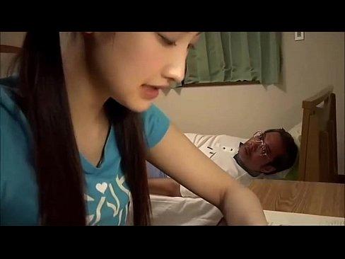 娘にフェラ抜きを強要する父親()