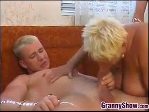 Бабку трахают два молодых парня