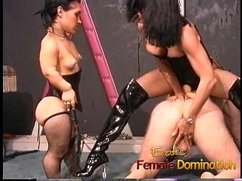Dos crueles dóminas azotan y penetran a esclavo.