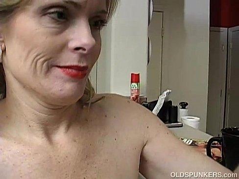 Зрелая мамаша дрочит письку перед зеркалом