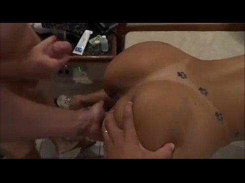 Corno ajudando a esposa a dar o cu