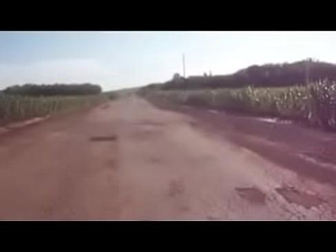 vadia mostrando a buceta e chupando no meio da estrada