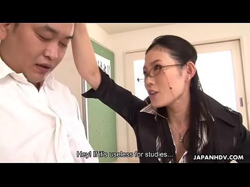 XVIDEO 痴女女教師が教室で生徒をフェラ抜き