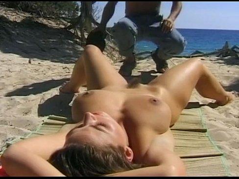 Se Bronzeaza Pe Plaje Si O Vede Un Pletos Singura Si O Violeaza Pe Plaje