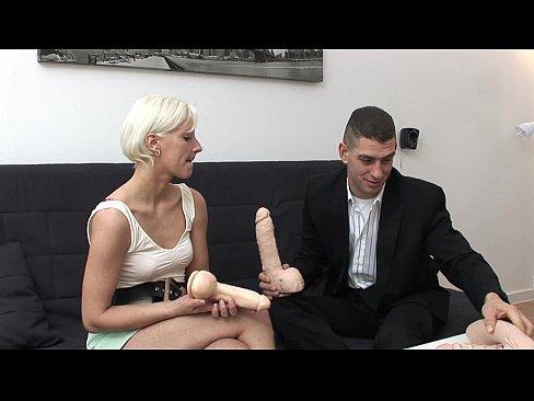 O Pune Pe Matura Sa Se Ude Cu O Pula De Cauciuc Inainte De Sex