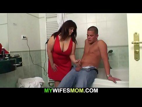 Plump slut mother in regulation helps him hot cum