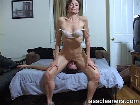 Зрелая телка ссыт порно видео