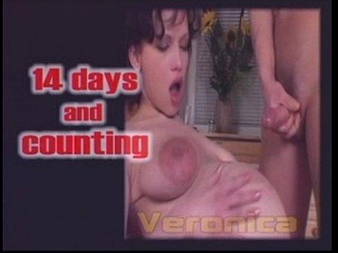 Беременная брюнетка