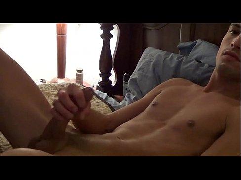Дрочит член в кровати