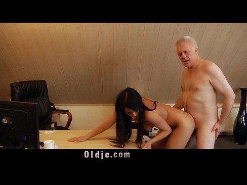 Smutty profesor fucks sweet 18 girl on his deskXXX Sex Videos 3gp