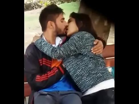 पार्क में किस करते पकड़े गए कपल