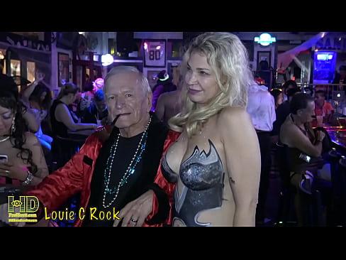 Un Mos De V70 Ani Se Fute In Club Cu O Blonda