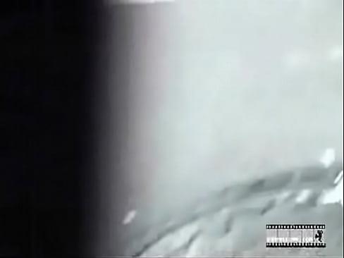 前を歩くミニスカ女子のスカートまくり上げ泣かせる!