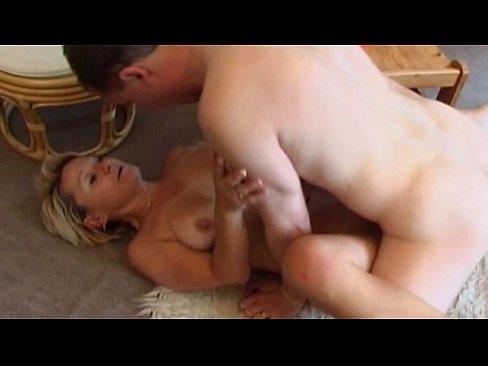 Blonde Deutsche Milf-Mama Hat Heißen Sex