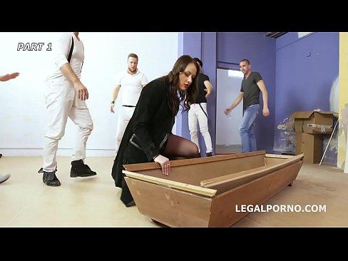 Carolina Vogue Gangbang – Horny Slut Vs 1 Black Cock And 4 White Cocks