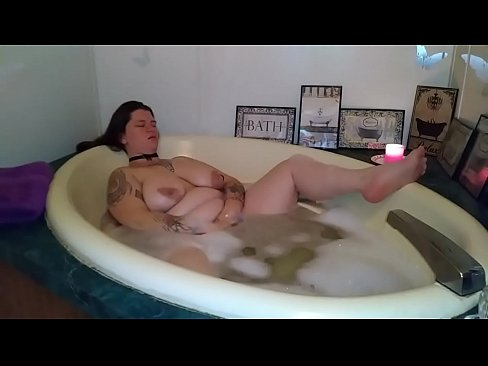Bbw pleaseing herself in bathroom