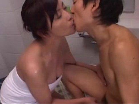 お風呂の中で長ーい舌を巧みに使いながらエッロいフェラする美熟女