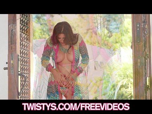 Gorgous brunette bombshell Sunny Leone rubs her pussy to orgasm