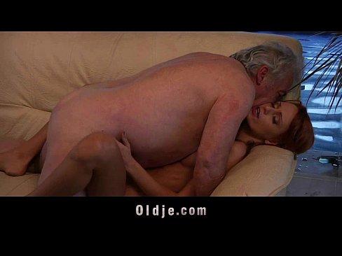 Velho gordo comendo a ruivinha linda