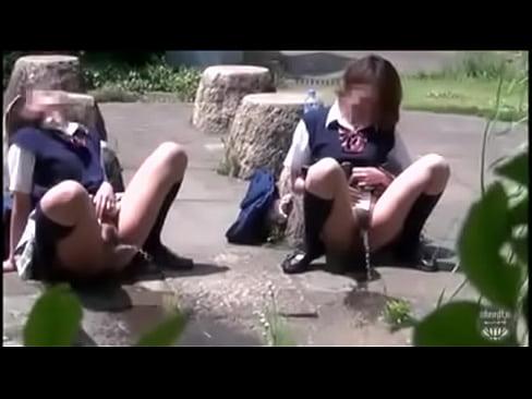 【盗撮動画】街中で制服JK少女が友達と一緒に見事な放物線を描きながら野外オシッコしてるぞぉwww