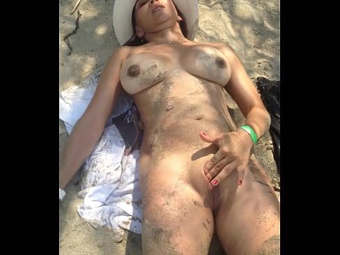 Tumbada En La Playa, Con Las Tetas Al Viento, Se Toca La Panocha Hasta Llegar Al Clímax