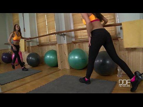 nena de fitness ruso folla a sí misma en el gimnasio
