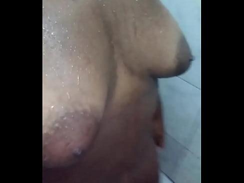 novinha preta mostrando a buceta no banho