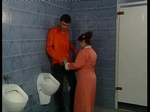 Смотреть порно минет уборщицы в туалете онлайн