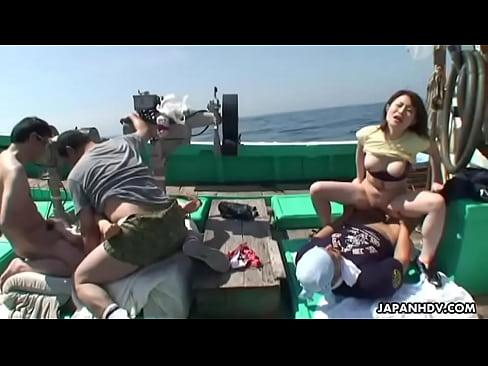 船の上で乱交中出しセックス