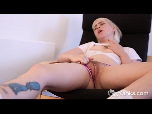 Yanks Blondie Cassandra Lee Vibrates Her Snatch's Thumb