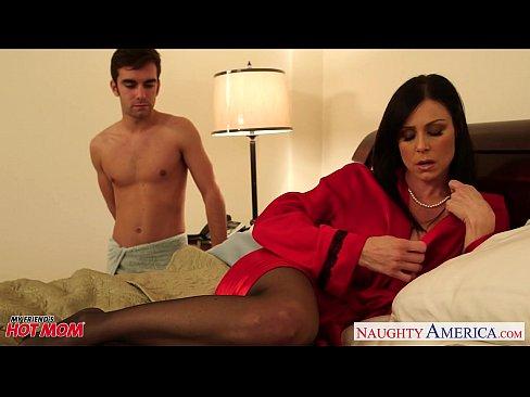 Сын отъебал сексуальную мамку в чулках