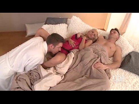 Видео спящую девушку заставил силой — 1