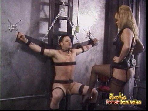 Esclavo sometido en la maquina de tortura.