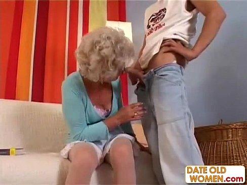 Бабка ублажила парня