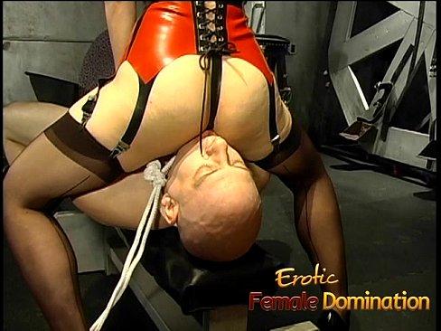 Mistress asiática hace feliz a su esclavo.
