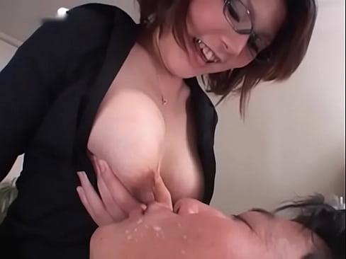 30代の美人インテリママのおっぱいから母乳が滴り落ちてくる!ミルク大量に噴出!授乳プレイ!乳搾り!