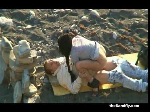 Скачет на члене на пляже