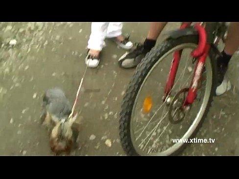 Se Plimba In Parc Cu Bicicleta Si E Fututa De Un Tip Care Alearga