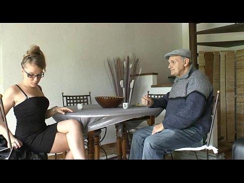 Fata Se Fute Cu Bunicul Prietenului Ei