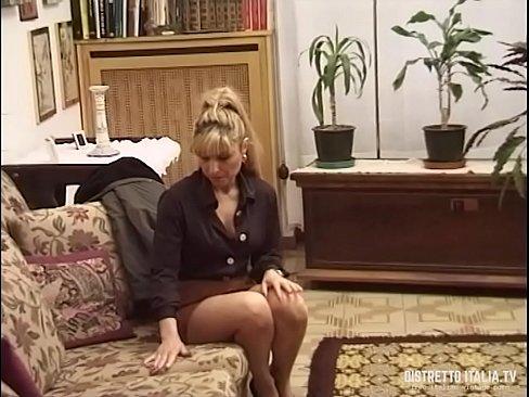 cover video la domestica prima di essere assunta deve fare le prove con moglie e marito