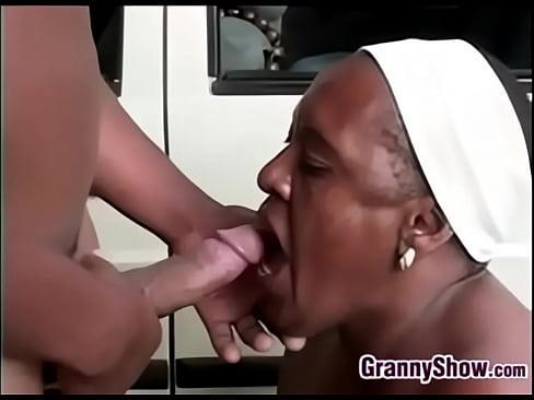 Старая баба ссыт порно видео — 3