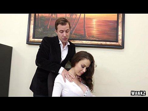 Пизду двум начальник трахает секретаршу смотреть