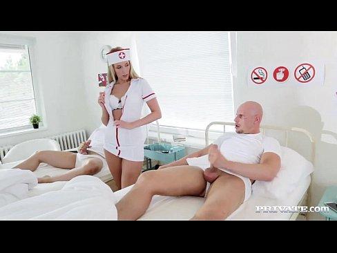 Медсестру трахают два пациента
