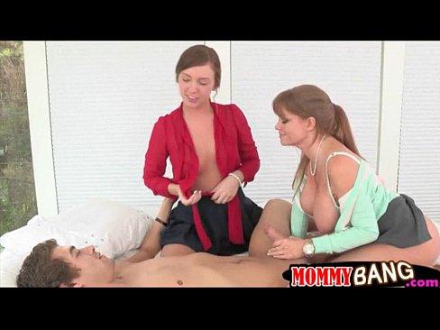 Stepแม่ Darla Crane ass เย็ด in 2รุม1 session on the bed