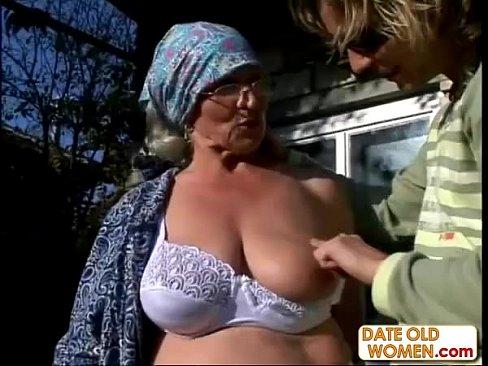 Трахает бабушку на улице