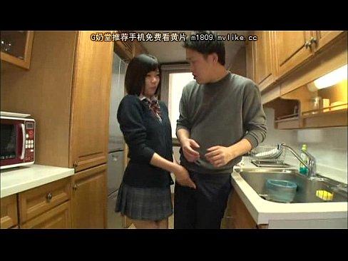 女子校生の妹がキッチンで隠れてフェラ抜き()