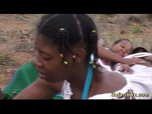 Africanca Din Safari Saraca Platitita Sa Fie Fututa In Grup