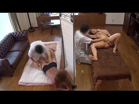 XVIDEO 盗撮 マッサージで旦那の隣で寝取られる人妻