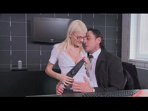 Sex La Birou Cu O Blonda Secretara Ce Vrea Ca Totul Sa Se Termine La Ea In Gura