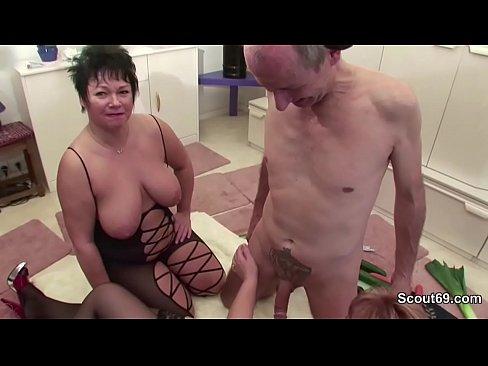 Oma und Opa ficken vor der Kamera und Nachbarin hilftXXX Sex Videos 3gp